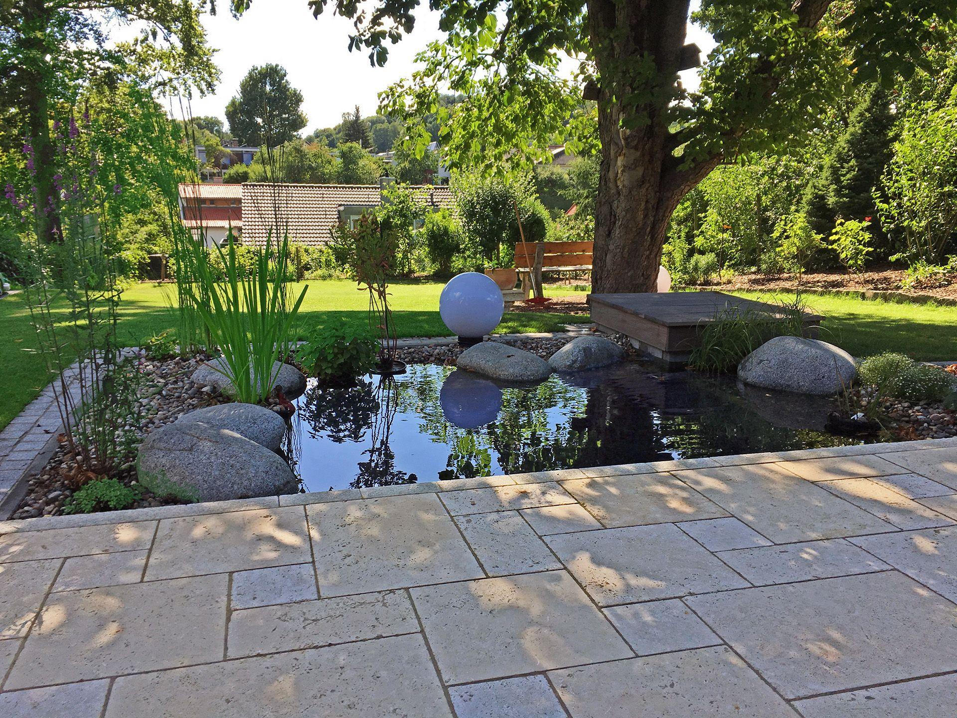 Kleiner Gartenteich An Einer Terrasse Aus Travertin Ein Referenzbild Der Rauch Gaten Und Landschaftsbau Gbr Gartenteich Kleiner Garten Garten