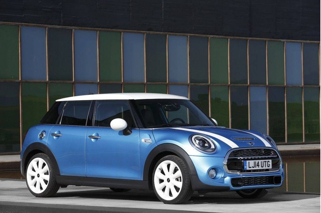 After Months Of Spy Shots Official Images And Details The 2017 Mini Cooper Hardtop 4 Door Have Been Revealed