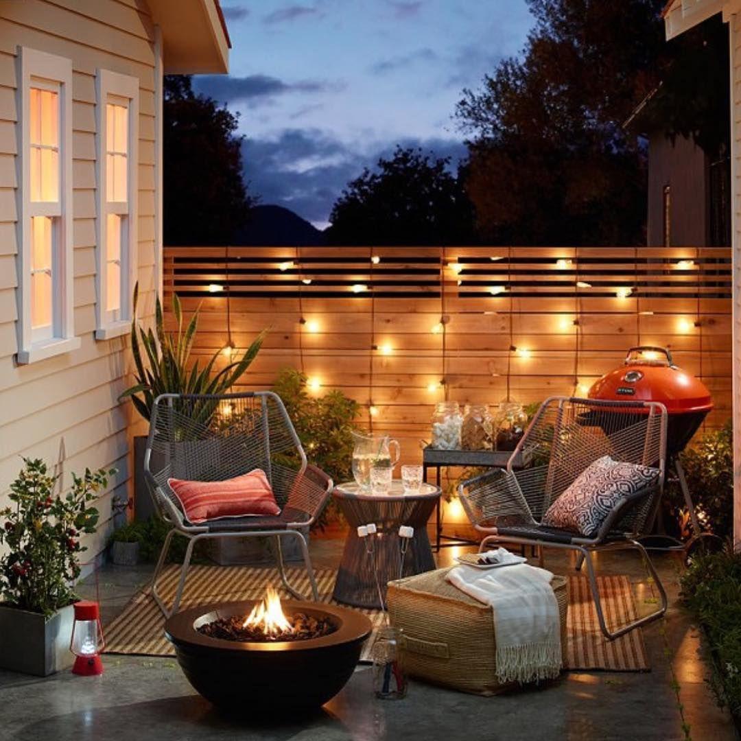 Dieser Balkon Ist Mit Schoner Beleuchtung Versehen Was Fur Einen Romantischen Effekt Sorgt Kleine Terrasse Design Terrassenbeleuchtung Terrassen Beleuchtung