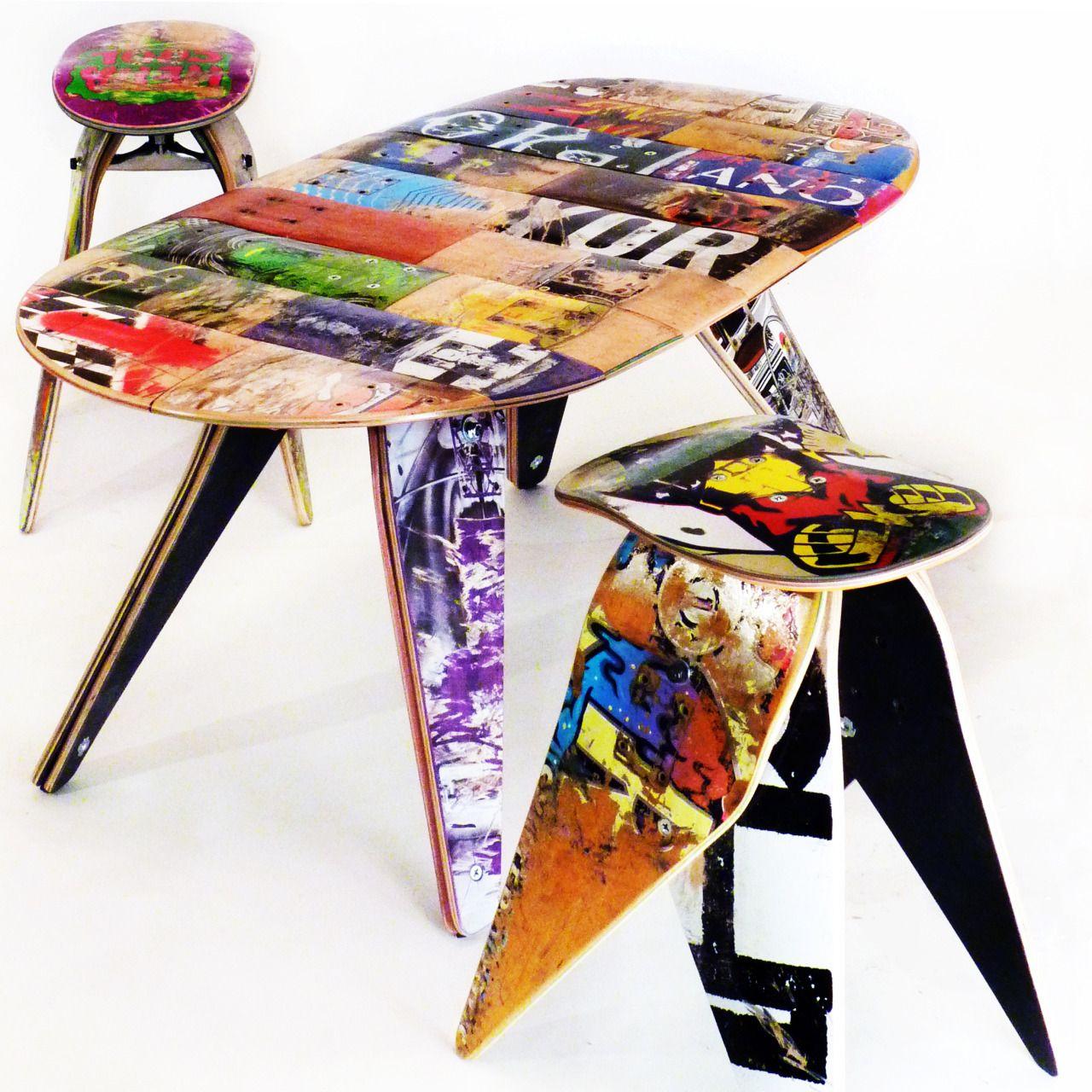 Shapes de skate transformado em mesa e bancos