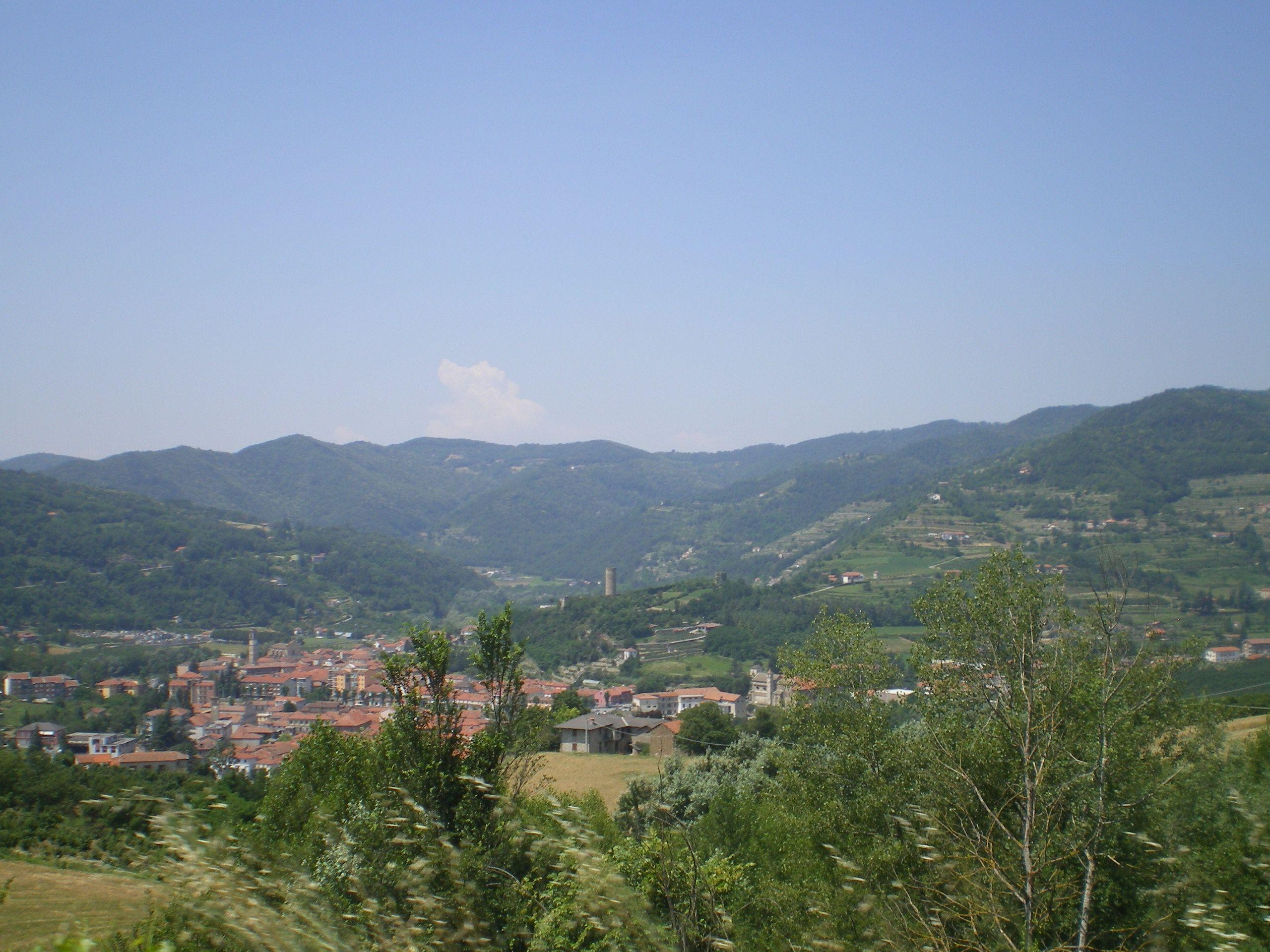 Cortemilia - stad van de hazelnoten - van bovenaf gezien.  (Piemonte)  www.huizenjacht-italie.com