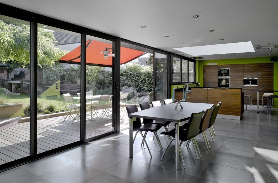 baie vitr e pour salon cuisine donnant sur terrasse bois. Black Bedroom Furniture Sets. Home Design Ideas