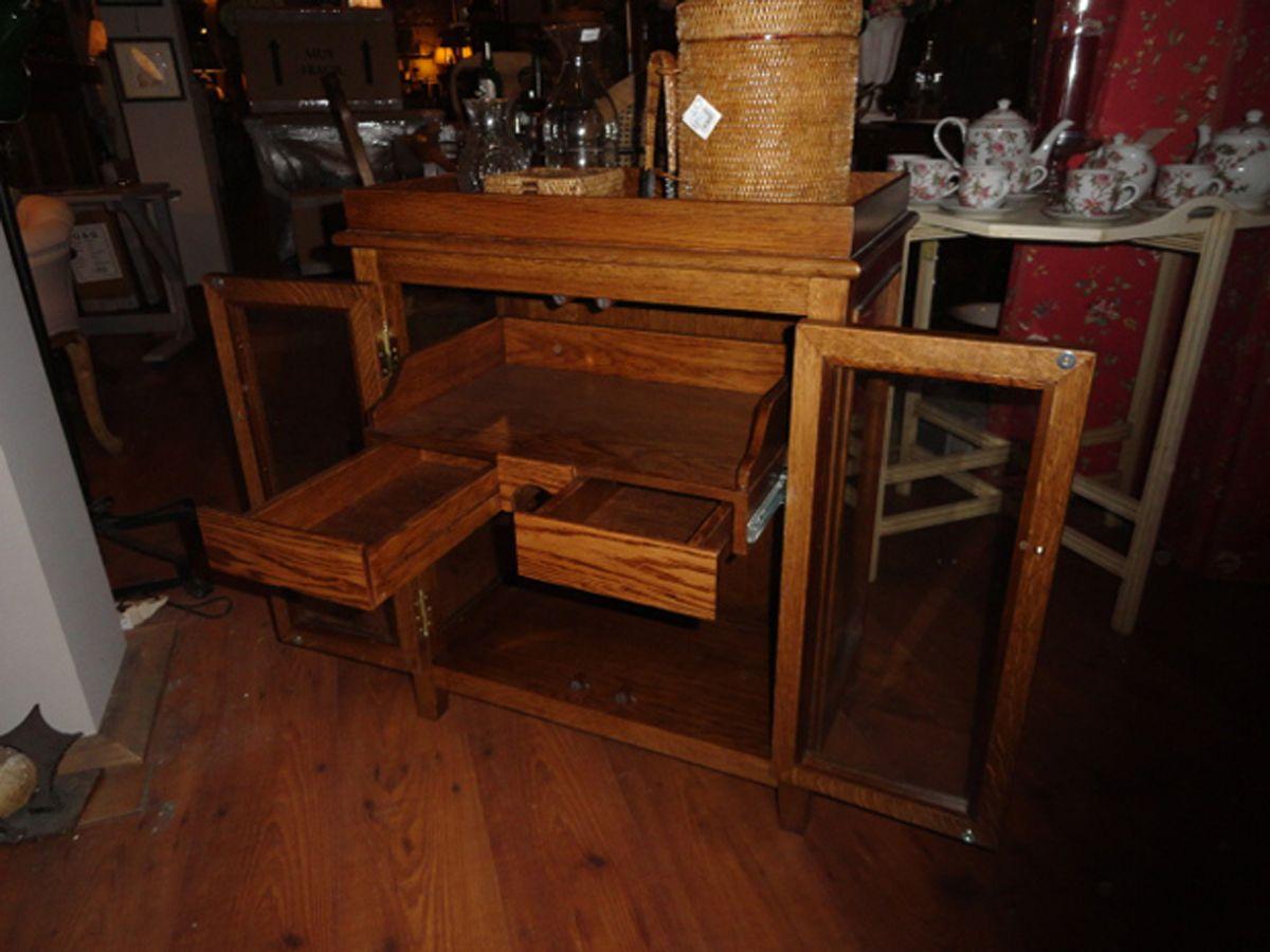 Mueble para botellas de madera de roble incorpora una for Mueble para botellas
