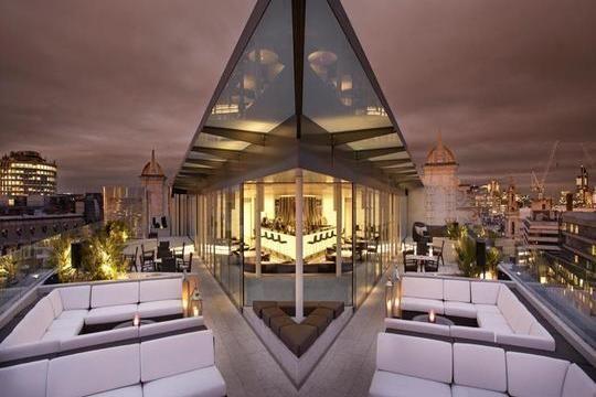 The World S Most Extravagant Bars Celebrity Travel Hoteis Em Londres Bar No Terraco Design De Hotel