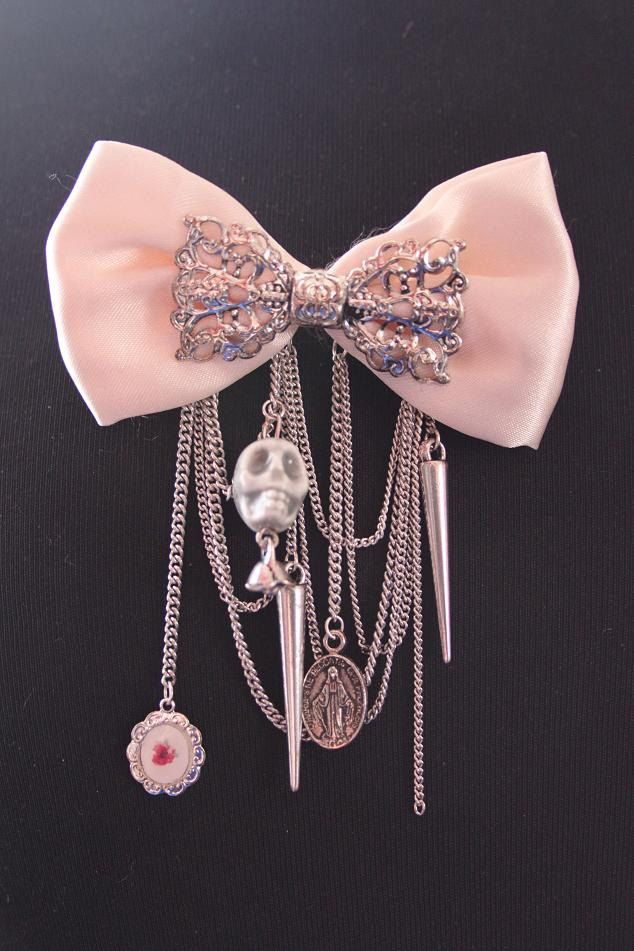 Nice girly pink brooch with skull, spike and rose-beads.. €9,95, via Etsy.