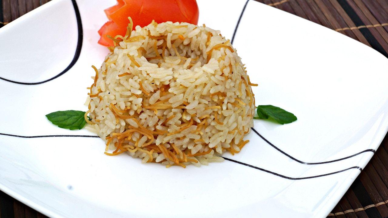 Egyptian Rice With Vermicelli English Version رز مصري بالشعرية Vermicelli Recipes Egyptian Rice Recipe Recipes