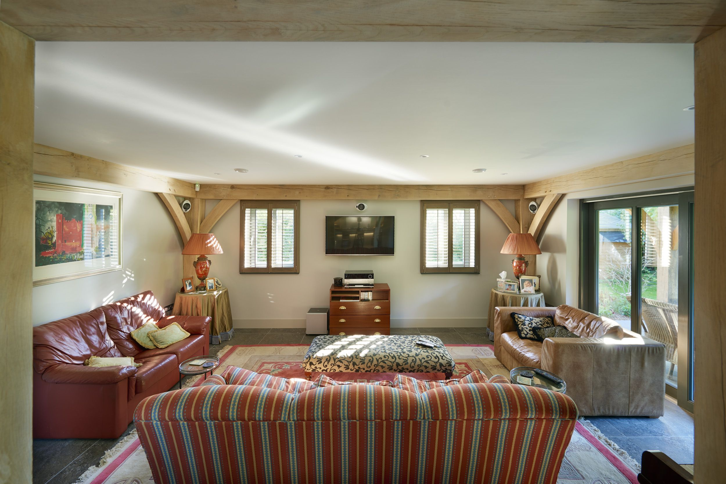 The living area is gorgeously decorated in a classic contemporary style which complements the oak frame perfectly.