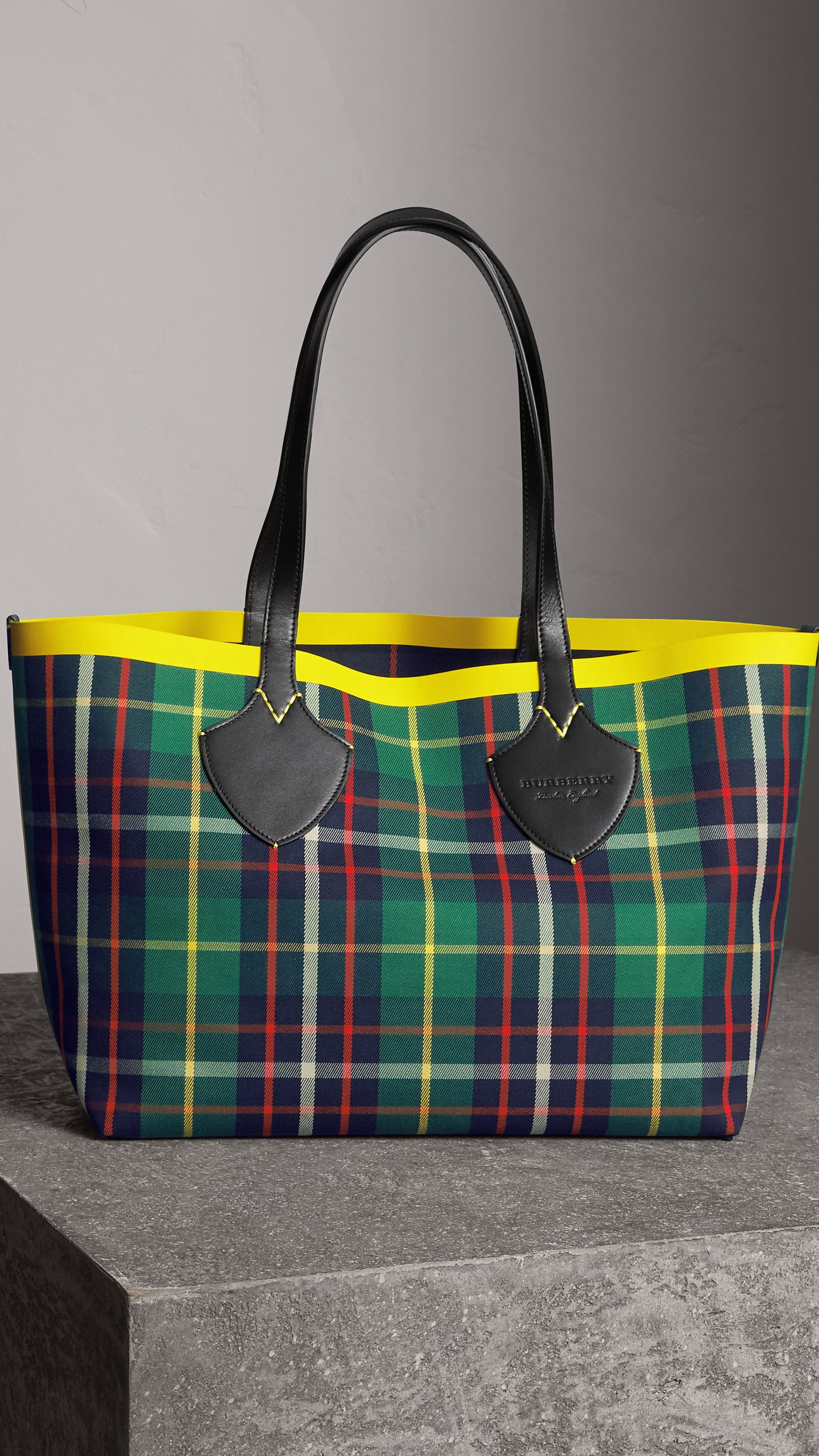 e162741279d7 The Medium Giant Reversible Tote in Tartan Cotton in For Green deep Navy