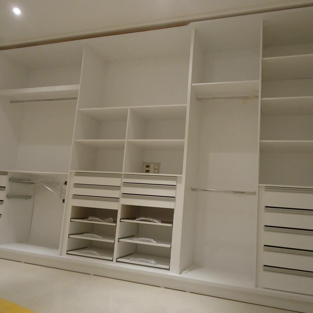 Dormitório Guarda Roupa Com Portas De Correr Em Perfil De Alumínio Sendo Uma Espelho Guarda Roupa Armario Para Quarto Pequeno Layout De Armário