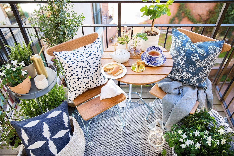 Sirot parvekekalusteet ja kaksitasoinen sivupöytä sopivat erinomaisesti pienellekin parvekkeelle tai terassille. Loppusilauksen kesäkeitaalle luovat erilaiset kukat ja tekstiilit. Klikkaa kuvaa, niin näet tarkemmat tiedot tuotteista!