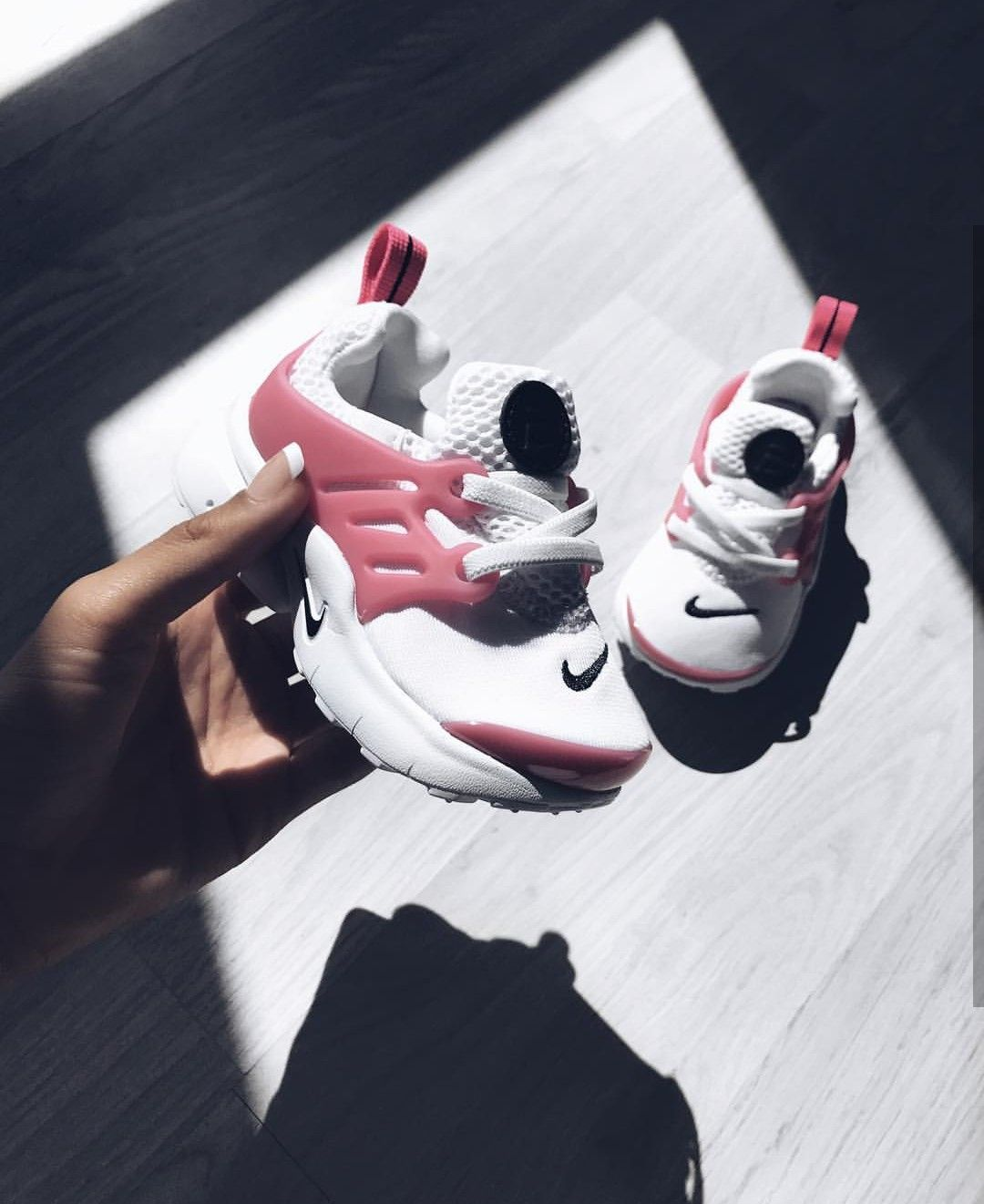 casual shoes skate shoes on feet at Nike Air Mini prestos für babys in white pink/weiß rosa ...