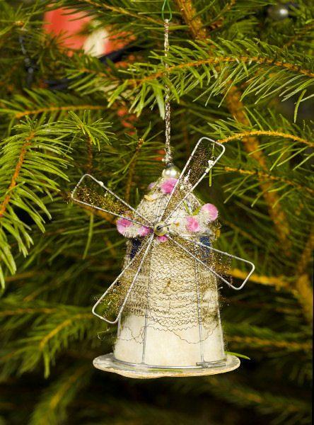 Mølle - Julepynt, mølle lavet af vat, ståltråd og pap. Fra begyndelsen af 1900-tallet.  Mill - made from cotton, wire and cardboard, 20th century.