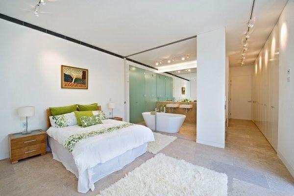 Romantisches Design mit einer Badewanne im Schlafzimmer | Wohnung ...