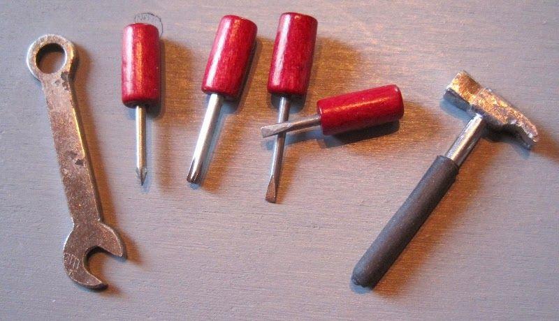 Vireä Vimma: Pakki ja kalut --- Uskomattoman hienoja minityökaluja!!! Kannattaa klikata kuvaa ja käydä katsomassa ne muutkin kuvat.. #mini #miniatyyri #miniature #tools .