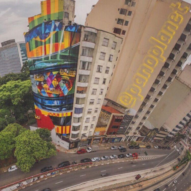 """""""Pintura de @kobrastreetart em  homenagem a #airtonsena embelezando a cidade de #saopaulo #saopaulocity #brasil #streetartbrazil #streetartbrasil #dji…"""""""