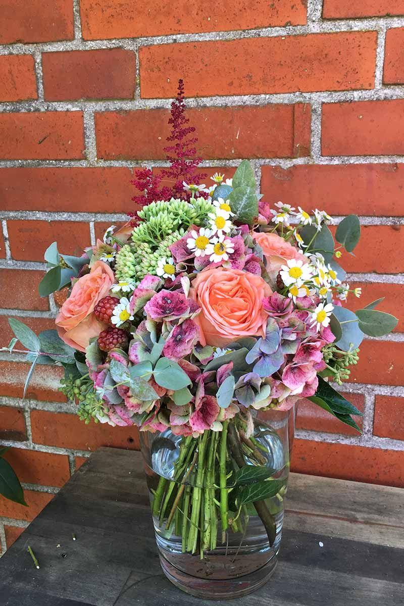 brautstrauß mit lachsfarbenden rosen hortensien kamille