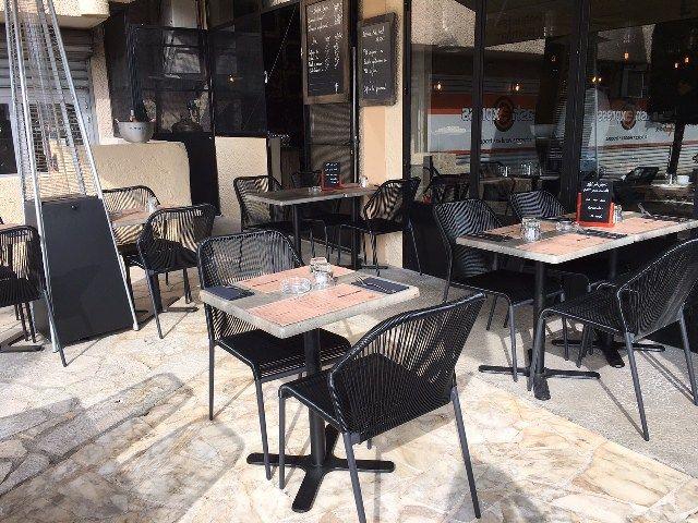 Chaise Scoubidou En Exterieur Du Restaurant Atelier