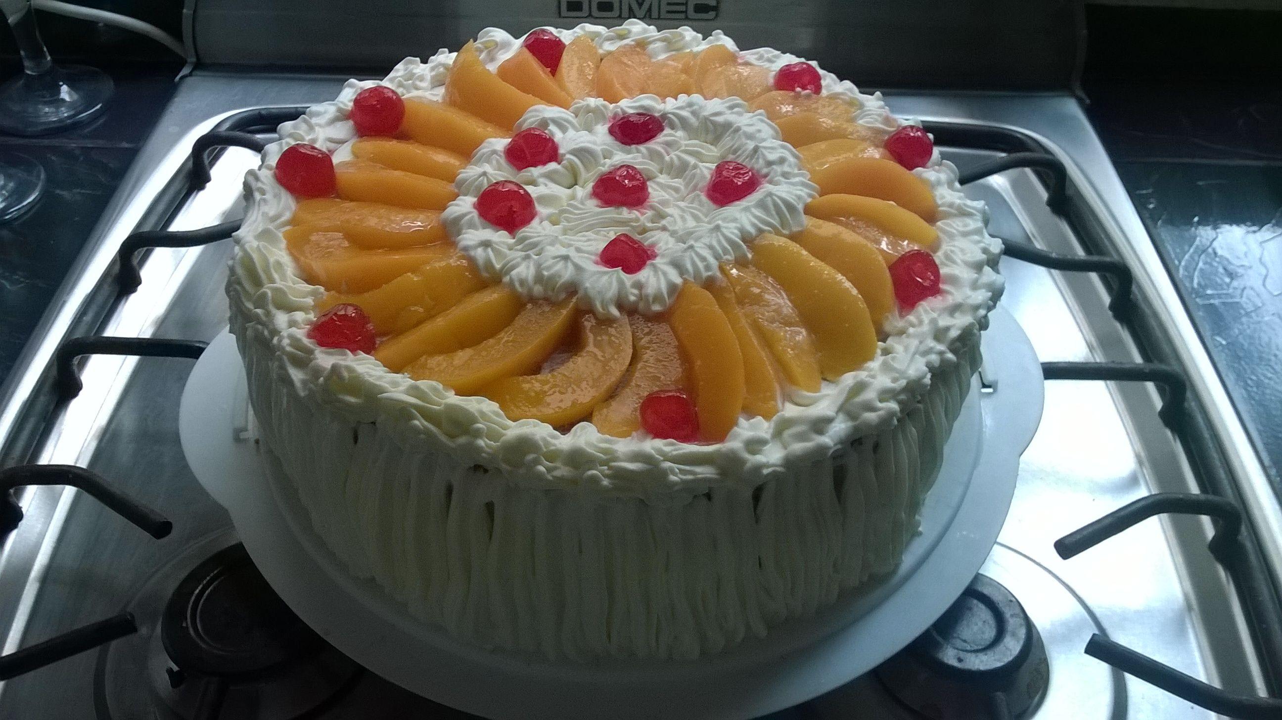 torta de crema y durazno con relleno de dulce de leche