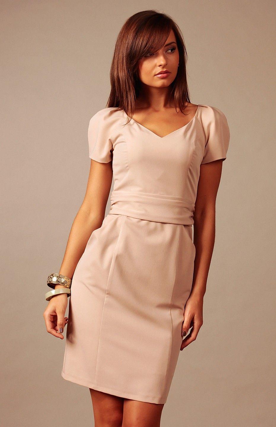 7a56fefac0d Petite robe beige charmante et polyvalente.