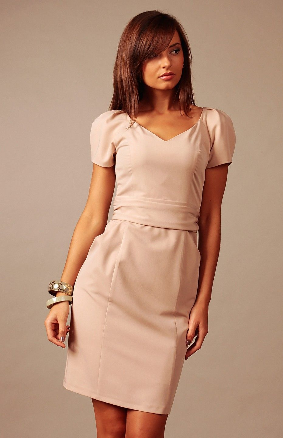 7354a3beab0 Petite robe beige charmante et polyvalente.