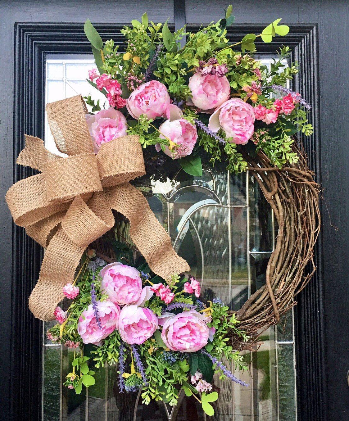 Photo of Bauernhauskranz, Pfingstrosenkranz, Kranz für die Haustür, rosa Blumenkranz, Wildblumen, Einweihungsparty, Hochzeitsgeschenk
