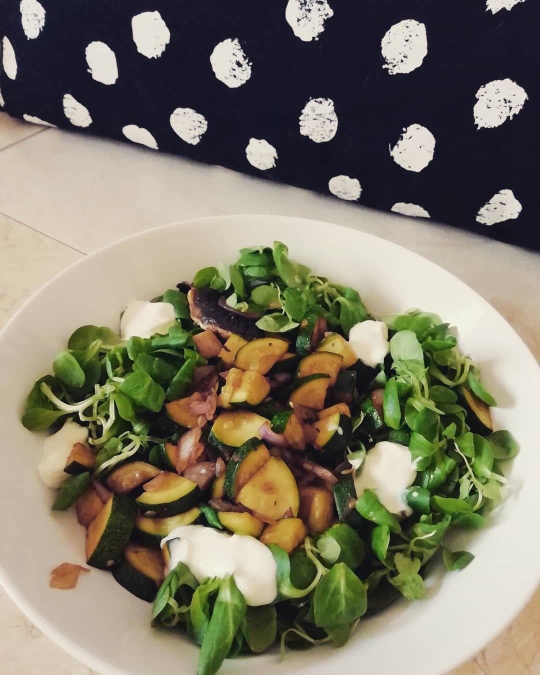 Ho fame oggi, tantissima! Valeriana, funghi champignon, zucchine, cipolla e stracchino vegetale.