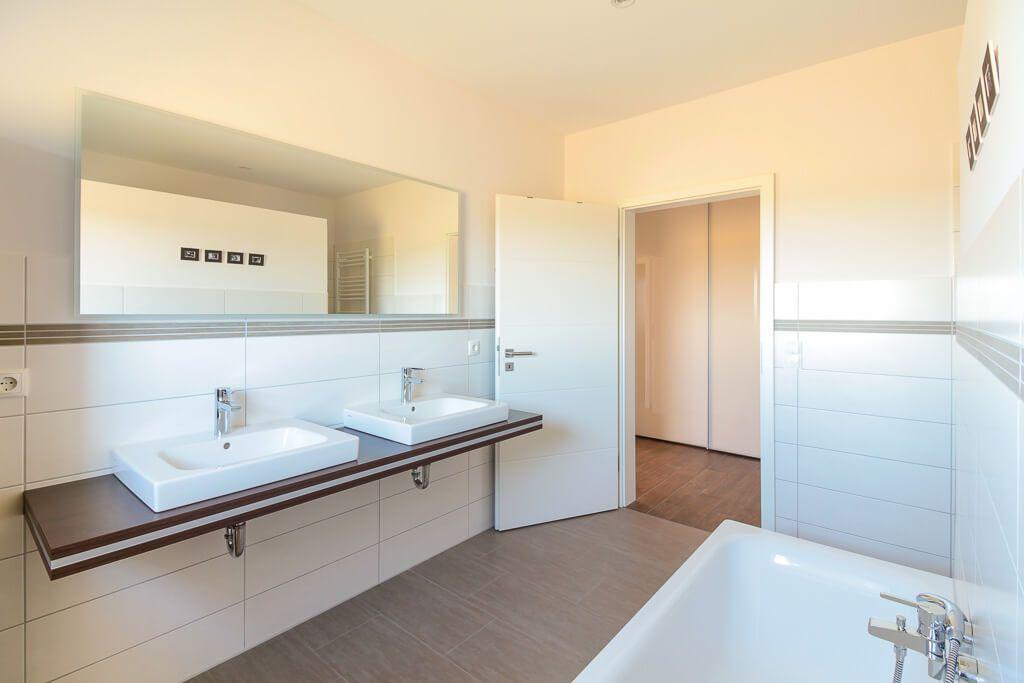 Perfekt Badezimmer Doppelwaschbecken U0026amp; Fliesen Holzoptik   Bad Ideen Interior  Design ECO Haus Stadtvilla Bad Bramstedt
