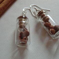 Boucles d'oreilles gourmandes : cookies et macarons au chocolat .