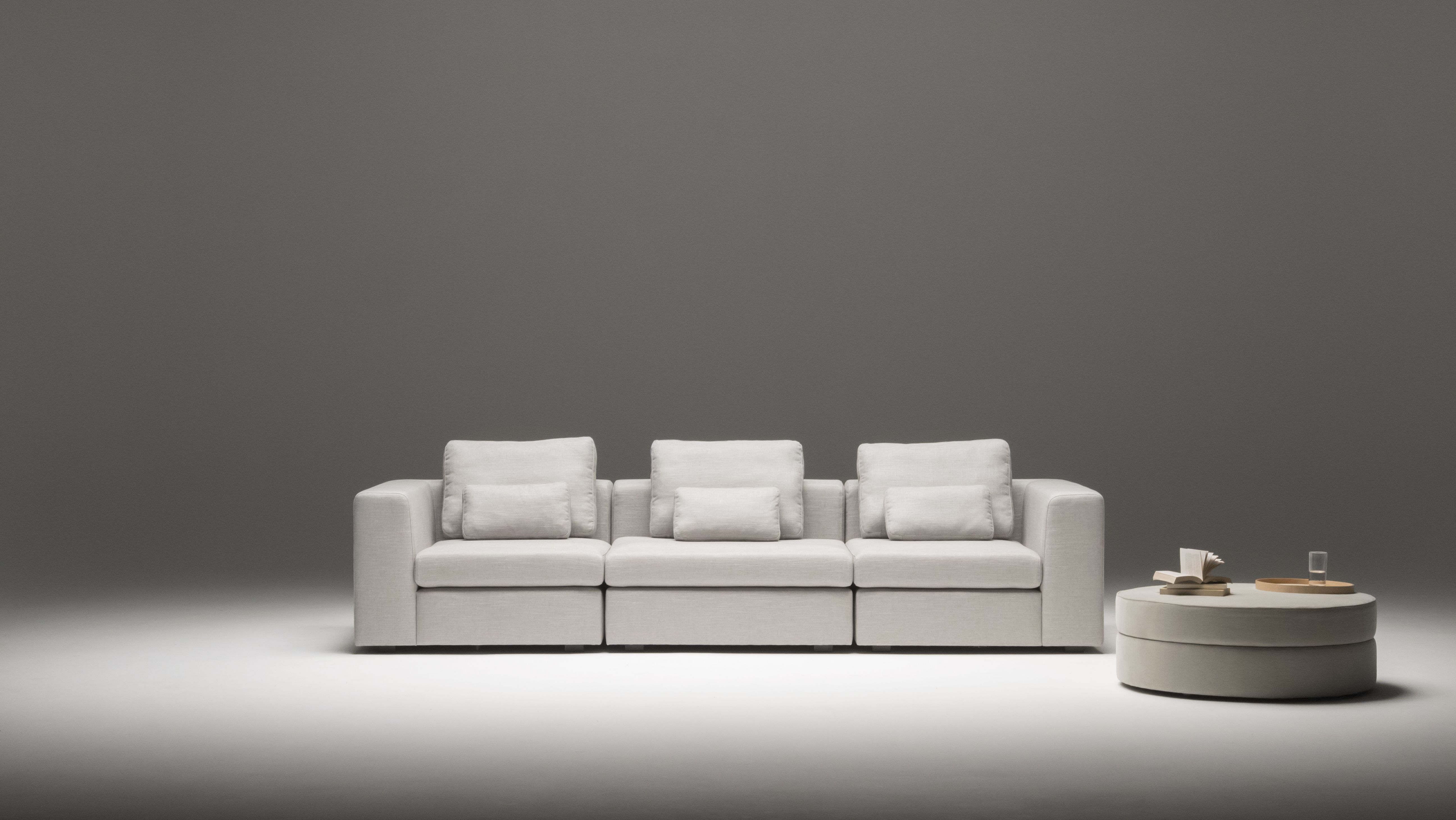 Modernes 3 Sitzer Modulsofa Von Sitzfeldt In Grauem Qualitatsstoff Und Mit Dem Dazu Passenden Hocker Design Sofa Wohnzimmer Coffee Table Sofa Couch