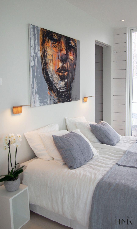 Asuntomessut 2017 Mikkeli, Villa Saimaanhelmi, makuuhuone, taide, maalaus, petaus, valko-harmaa sisustus, bedroom, art, painting, linen, white and gray interior with splash of orange