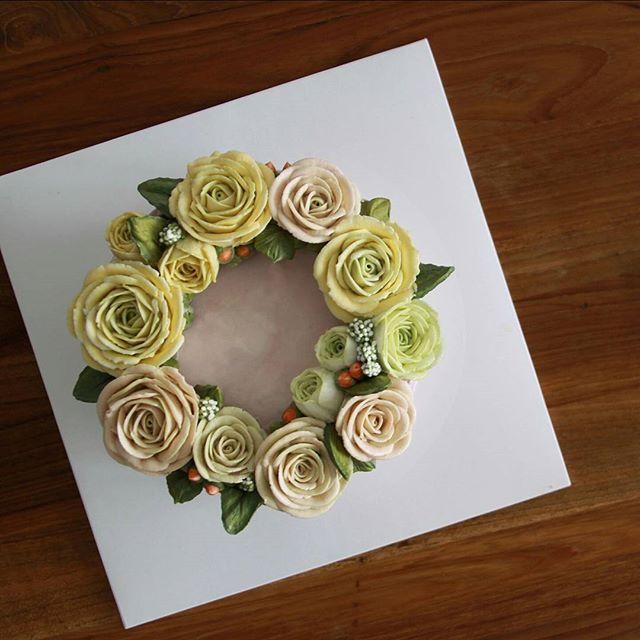 *오늘의 꽃 케익 :) 자연미 넘치게 Flower cake by mitelier  #플라워케이크#버터크림플라워케이크#웨딩케이크#윌튼케이크#생신#생일케이크#파운드케이크#왕관#결혼#꽃케익#먹스타그램#장미#행복#베이킹클래스#flowercakes#flowercake#wiltoncakes#weddingcake#weddingcakes#wedding#buttercream#buttercreamflowercake#gâteau#rose#birthday#crownflower#floist#happy#eatstagram#cake