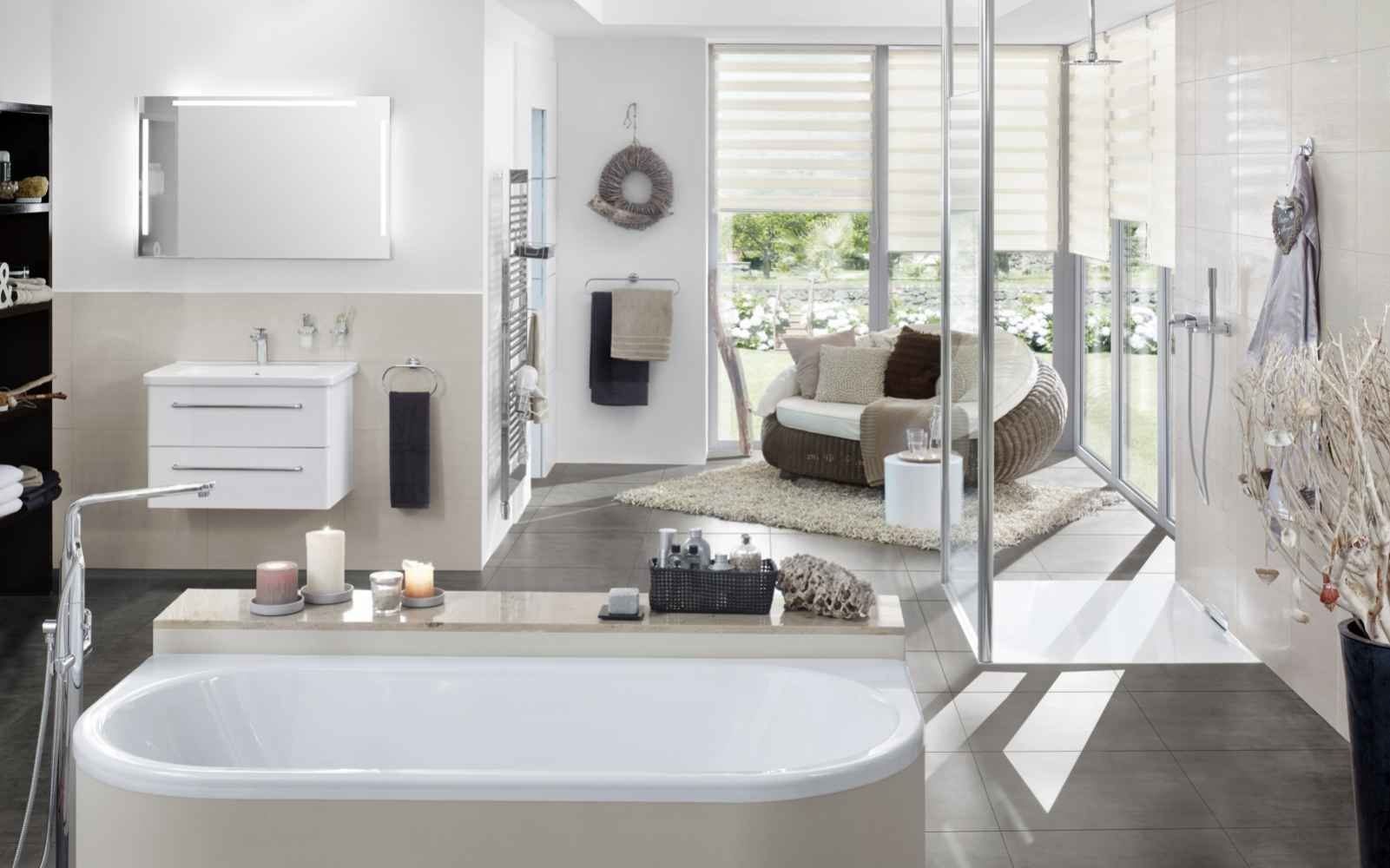 Badezimmer Led ~ Badezimmer mit led spiegel zentraler blickfang in einem badezimmer