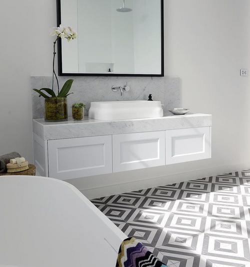 Schwarz weiss grau interior design schwarze fliesen for Fliesen badezimmer schwarz