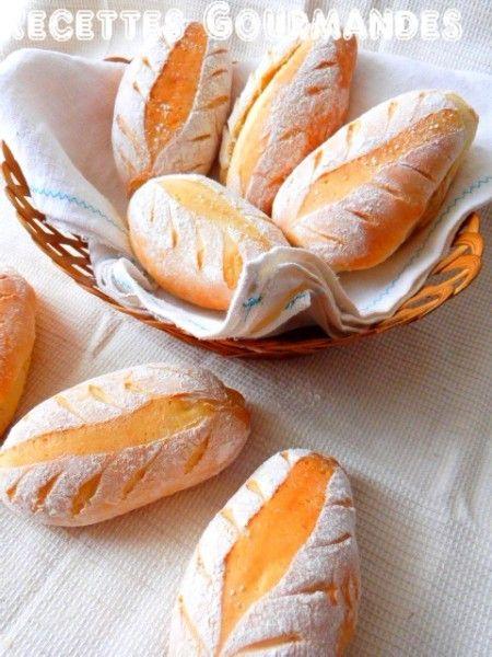 Des petits pains pour le goûter ou le petit déjeuner trop bon , moêlleux et croustillants à l'extérieur vraiment pour une recette facile que vous allez surement adopter; non seulement par la forme sympathique et vous pouvez toujours faire une baguette...