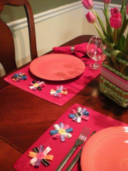 مفارش صحون من زهور الحديقه اذا لم يكن لديك عدد كاف من مفارش الصحون لوضعها على المائدة خلال حفل العشاء الذى تقيمين Flower Placemats Placemats Ribbon Projects