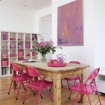 Paredes blancas y mesa en color madera cruda, el toque de color lo ...
