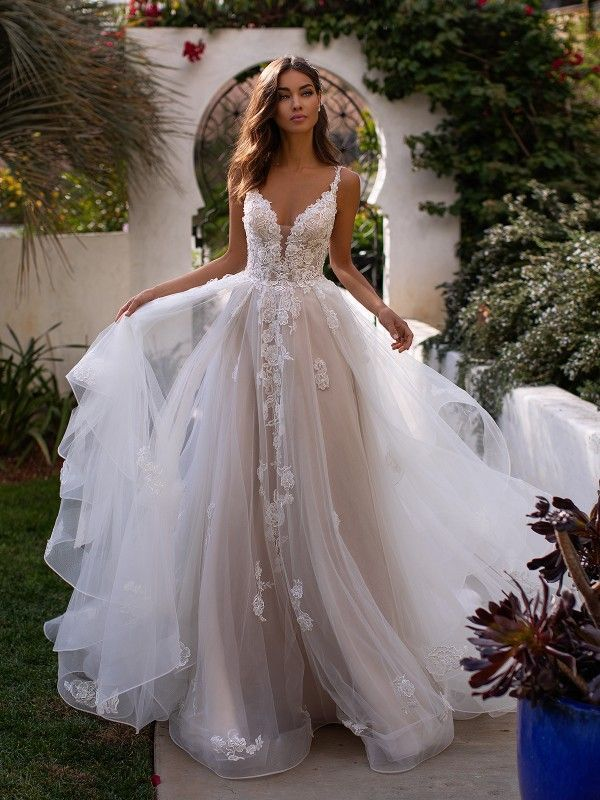 Moonlight Couture H1394 ist ein herzförmiges Brautkleid aus Tüll mit einem Spitzenbodi