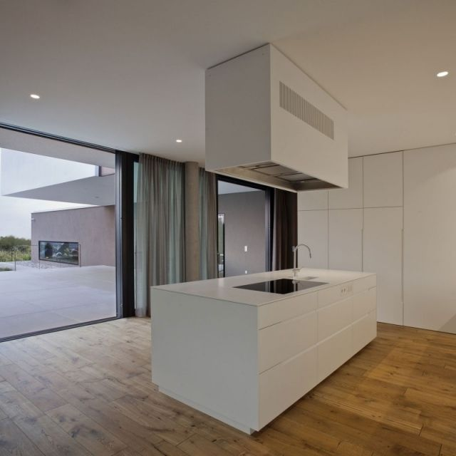 Moderne Wohnküche Insel Weiß Hochglanz Zugang Terrasse