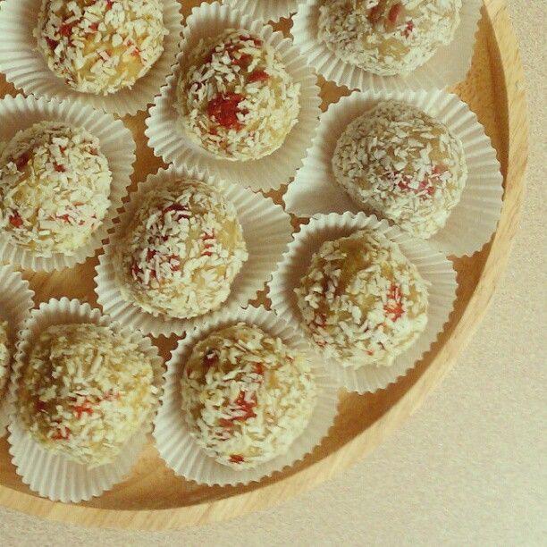 The Simple Veganista: White Chocolate Goji Berry Truffles