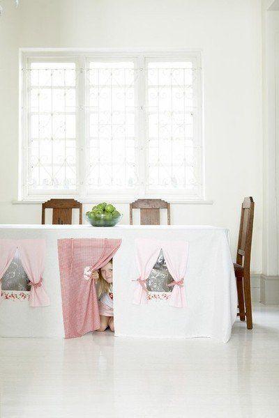 Não é preciso espaço, um quintal ou jardim imenso ou muito dinheiro para ter uma casa de bonecas/esconderijo/caverna (you name it!) incrível!: com imaginação, uma toalha de mesa – e a mesa! – podem se tornar um brinquedo bem divertido! Muito fácil de fazer!
