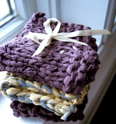 shred some of her unwanted t-shirts into yarn and then knitt them into these cool dishcloths