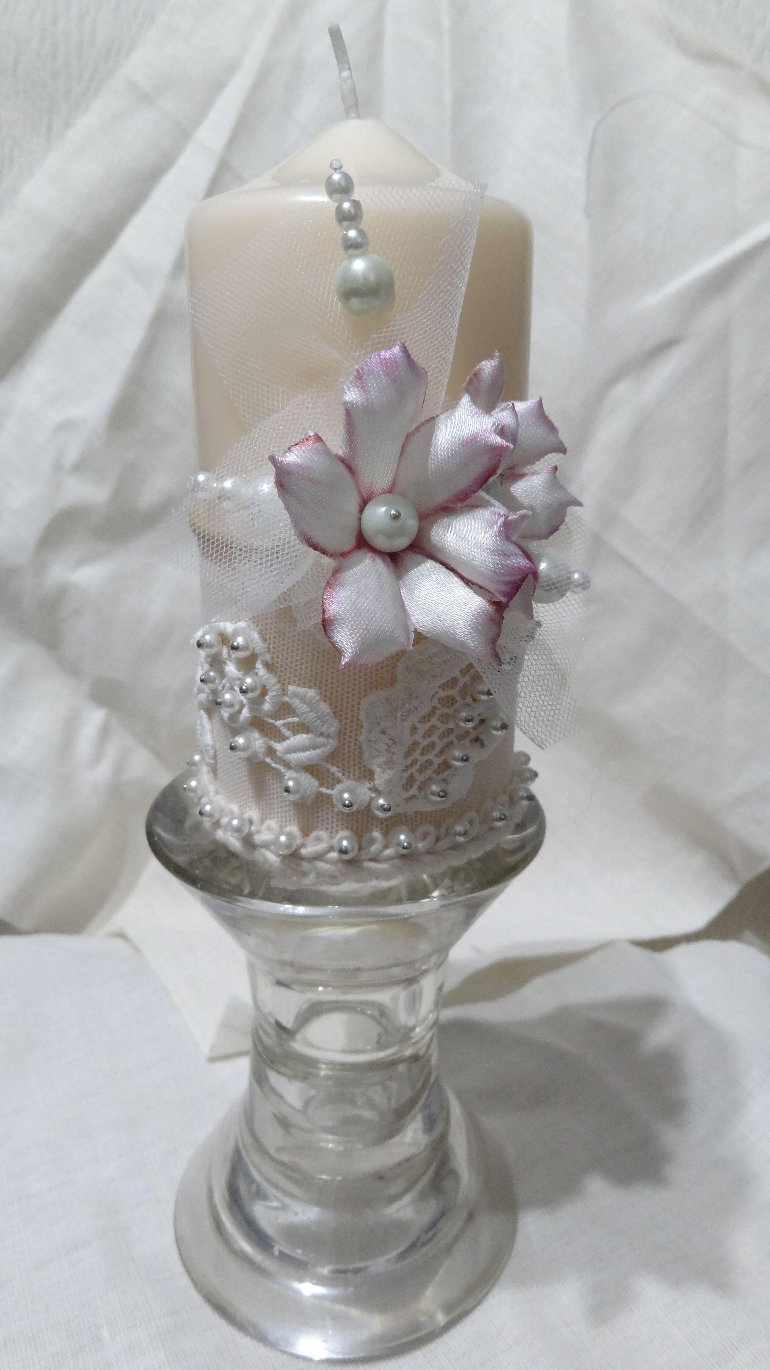 Candela decorata con pizzi e perle con fiorellini di Forme Tessili 3D