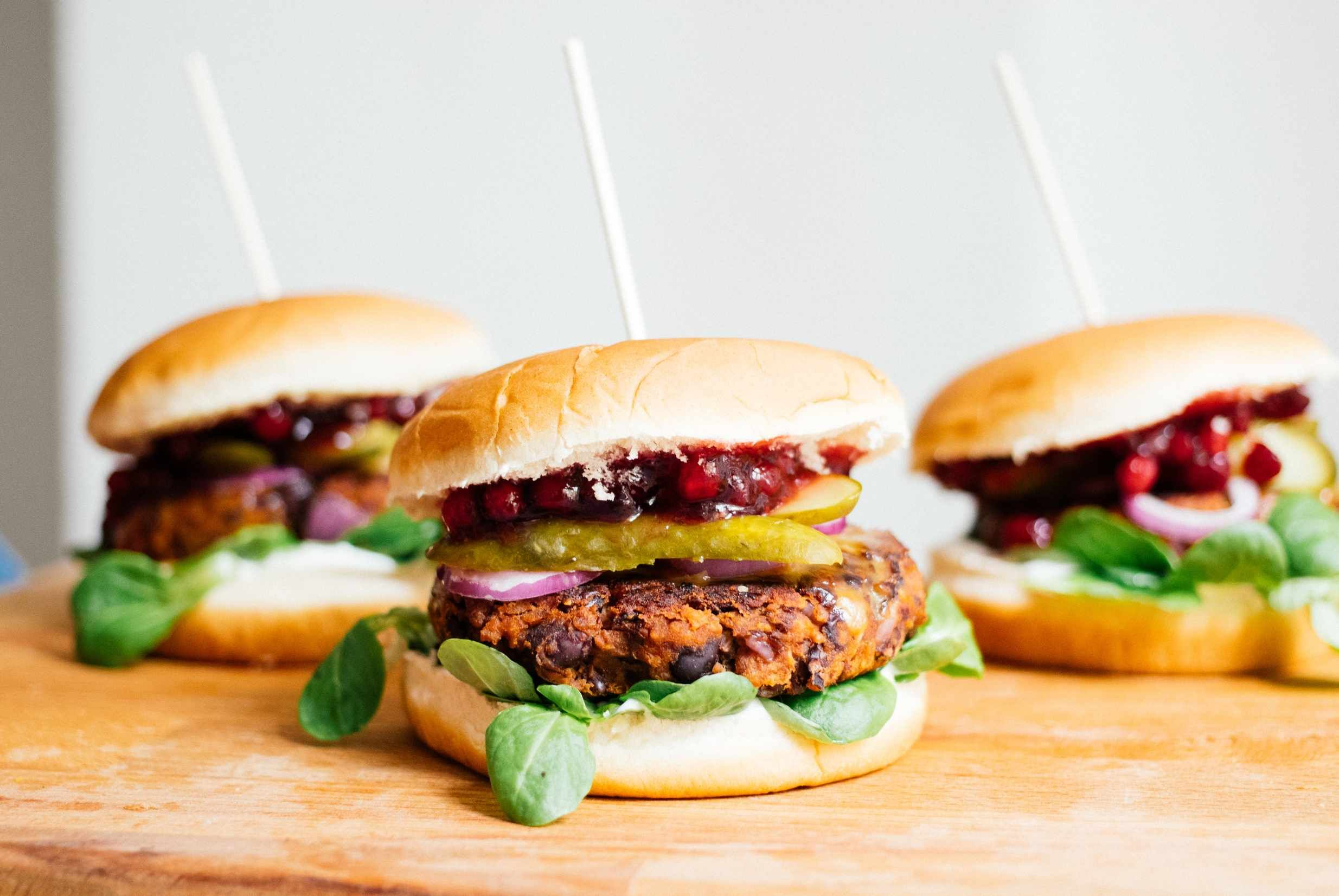 Veganer Burger mit Black Bean Patty & Preiselbeeren