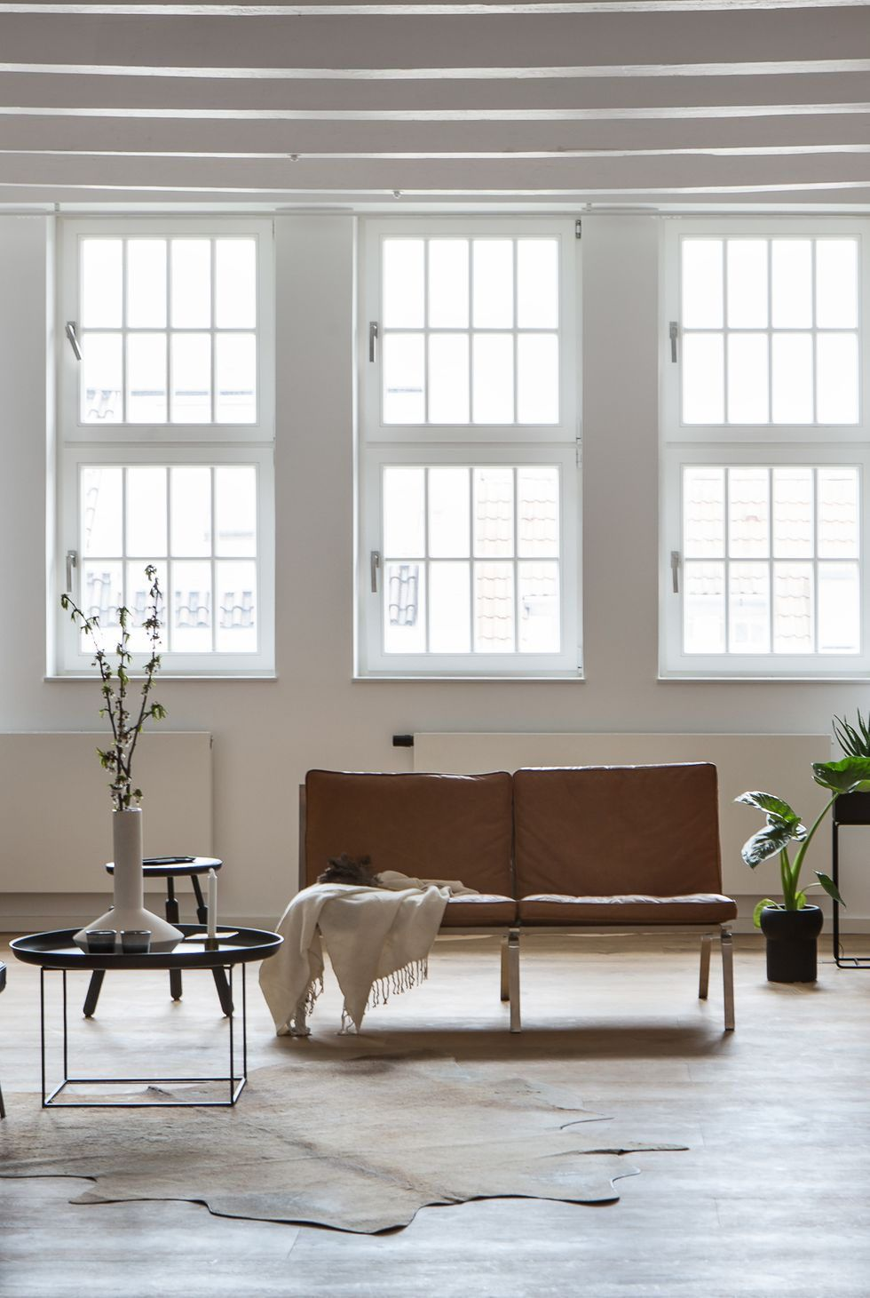Best Just Looking At These Minimalist Living Rooms Is More 400 x 300