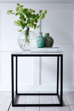 Axx-sohvapöytä, pieni 159,00EUR Sohvapöytä/sivupöytä, jonka pöytälevy marmoria ja runko metallia. Koko 50x50 cm. Korkeus 53 cm.