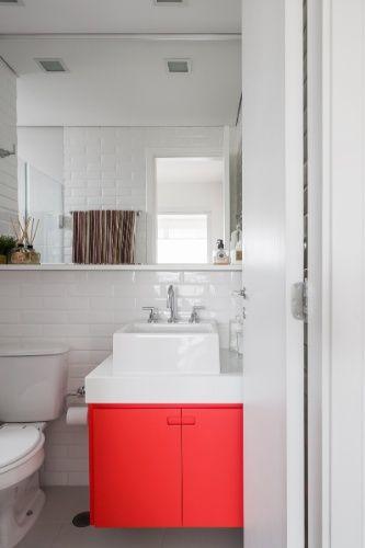 O banheiro do casal tamb�m ganhou um ar retr� com a coloca��o de azulejos que imitam tijolinhos na parede (linha Liverpool, Portobello). O gabinete vermelho executado pela marcenaria Sim�o quebra a monotonia do branco. O projeto de reforma do ap� Affinity � da arquiteta Marcela Madureira