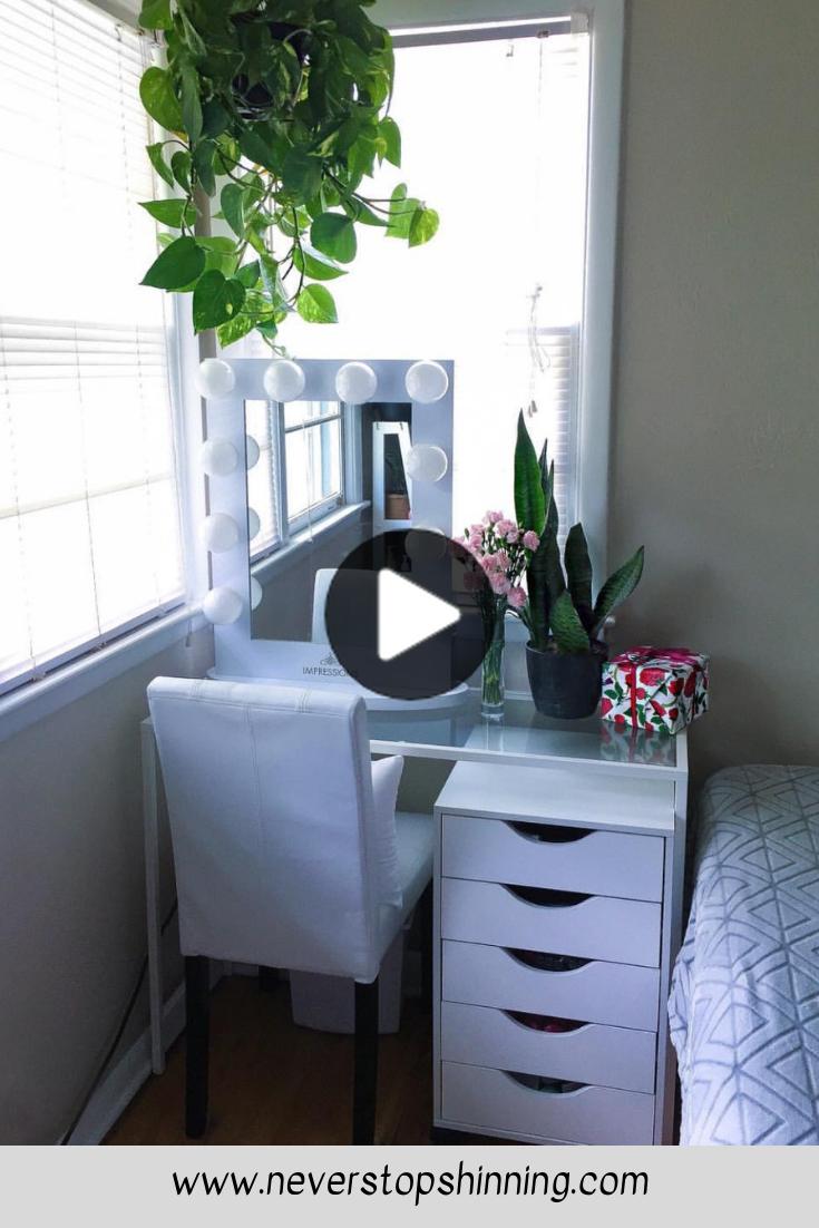 Jos Sinulla On Vain Pieni Tila Jarjestaa Meikkeja Tama Turhamaisuus On Sinulle Makeup Vanity In 2020 Vanity Design Small Space Storage Bedroom Small Closet Room