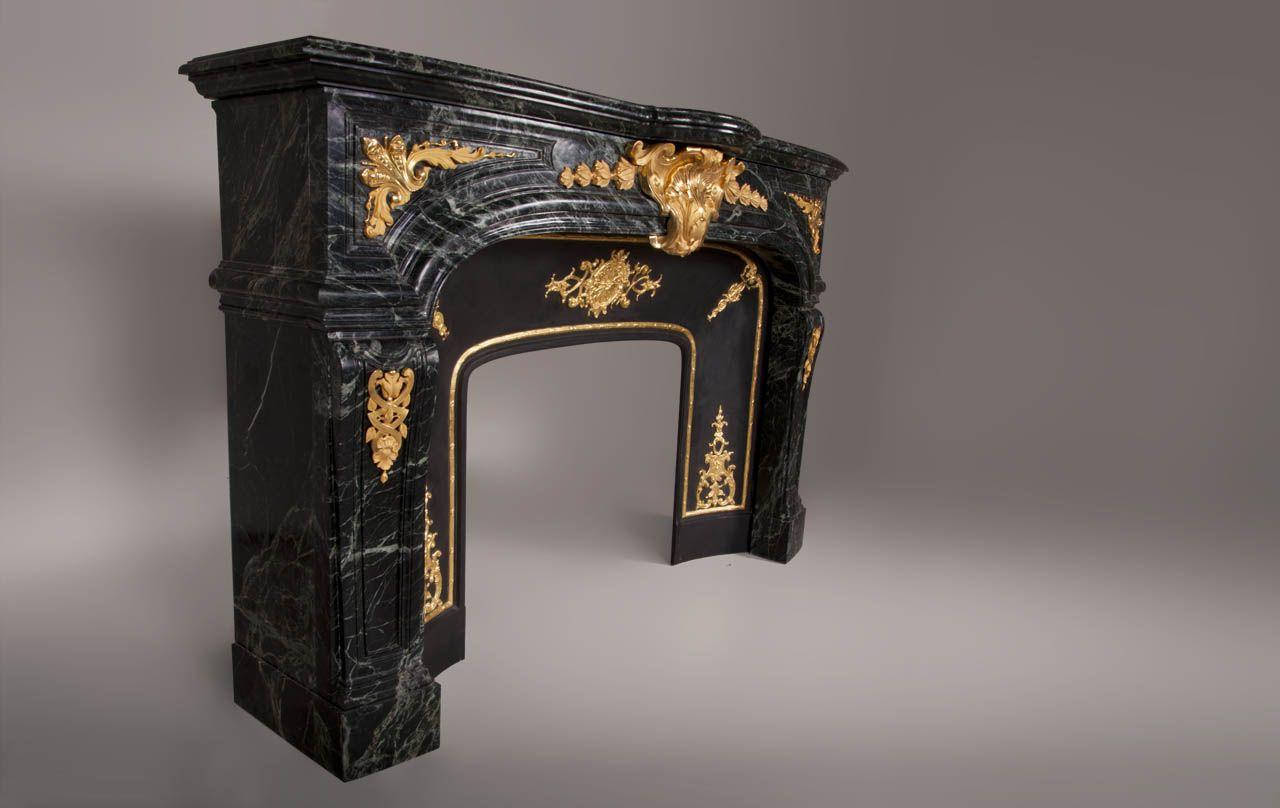"""""""Noailles à bronzes"""", cheminée de style Régence en marbre Vert Maharadja et ornements de bronze doré avec intérieur en fonte doré à la feuille."""