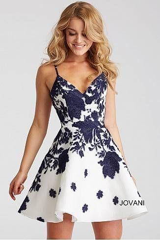 Gut in Form und ausgestelltes Kleid mit elfenbeinfarbenem
