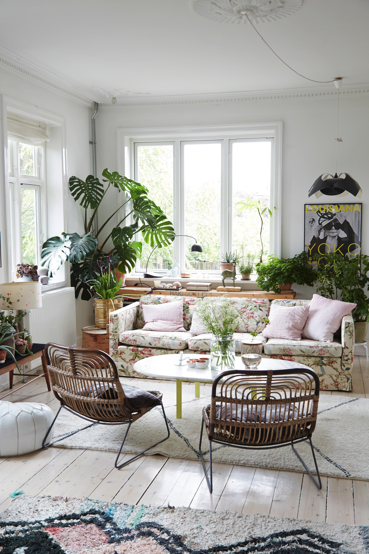 Wohnen Wie Im Großstadtdschungel Möbel Im Boho Stil Kombiniert Mit Viel Grün Zaubern Ein Exotisches Ambiente Blumen Couch Blumen Sofa Wohnzimmer Inspiration
